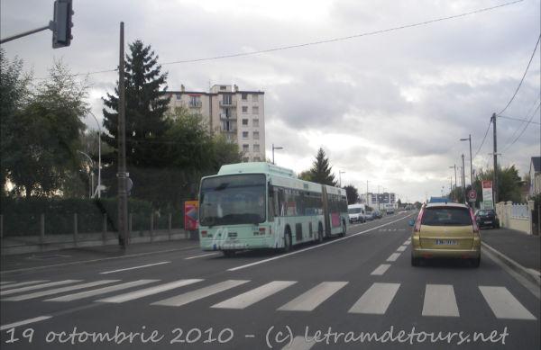 Présentation des bus 704%20Van%20Hool%20AG300%20GPL%20me%2019%20octobre%202010%20(devant%20Trousseau%20Chambray)
