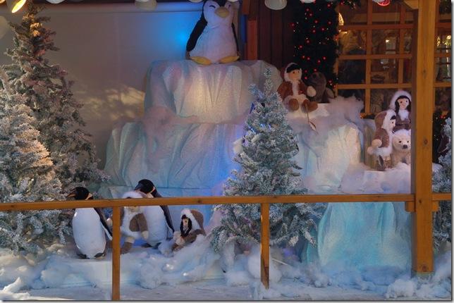 商店侧面的小孩和企鹅