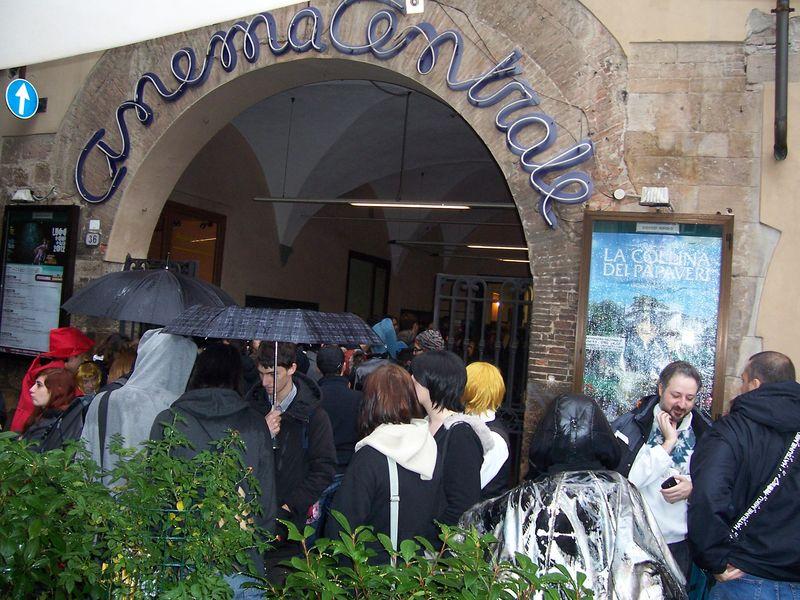 Lucca comics 2012 la fila per l'anteprima di Madoka Magica